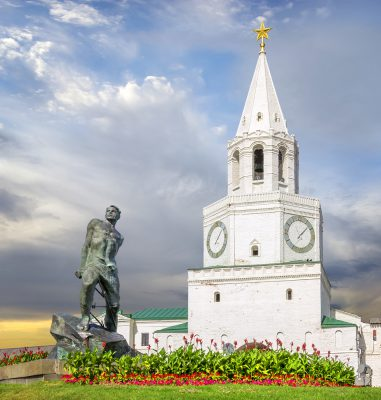 Statue des tatarischen Dichters Musa Jalil vor dem Haupttor des Kasaner Kremls