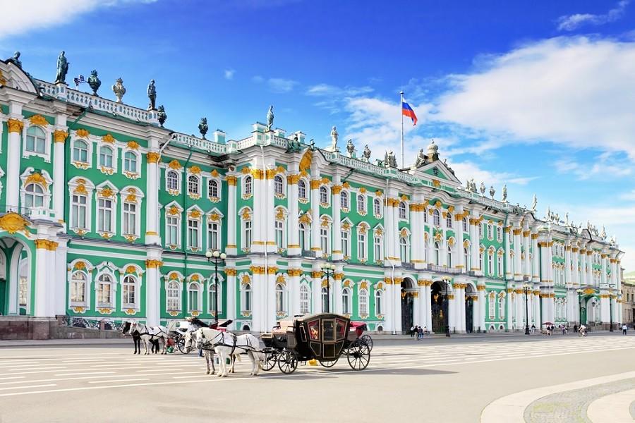 Eremitage in St. Petersburg mit Kutsche