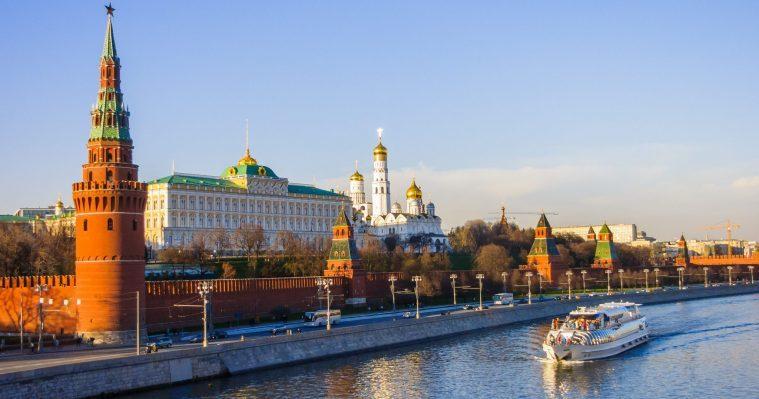 Mit dem Schiff auf der Moskwa die Sehenswürdigkeiten genießen