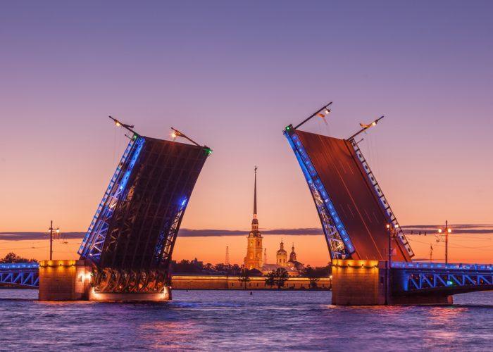 Weiße Nächte in St. Petersburg -Schlossbrücke
