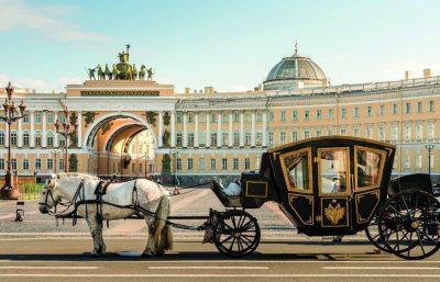 Schlossplatz mit Kutsche St. Petersburg