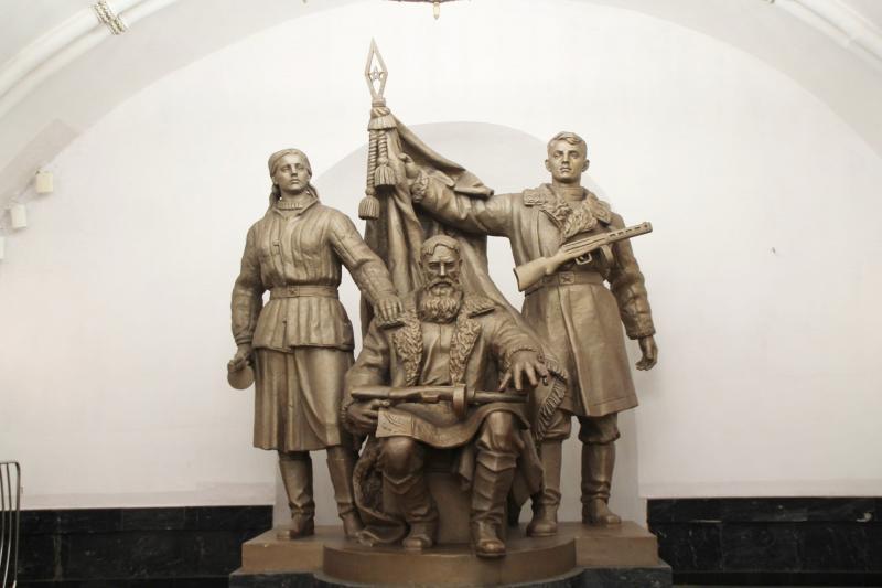 Statuen in der Moskauer Metro