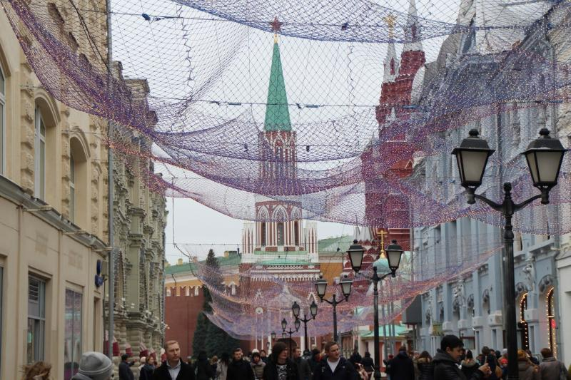 Nikolskaya Straße in Moskau mit Blick auf den Nikolausturm