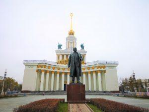Ausstellungspark VDNKH mit Statue in Moskau