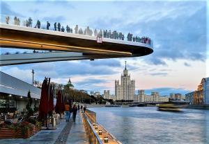 Schwebende Brücke vor Radisson Collection Hotel in Moskau