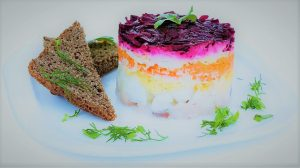Silvester Traditioneller Salat hering im Pelzmantel